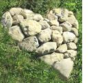Tas de grosses pierres en forme de coeur