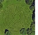 Un labyrinthe dans une prairie